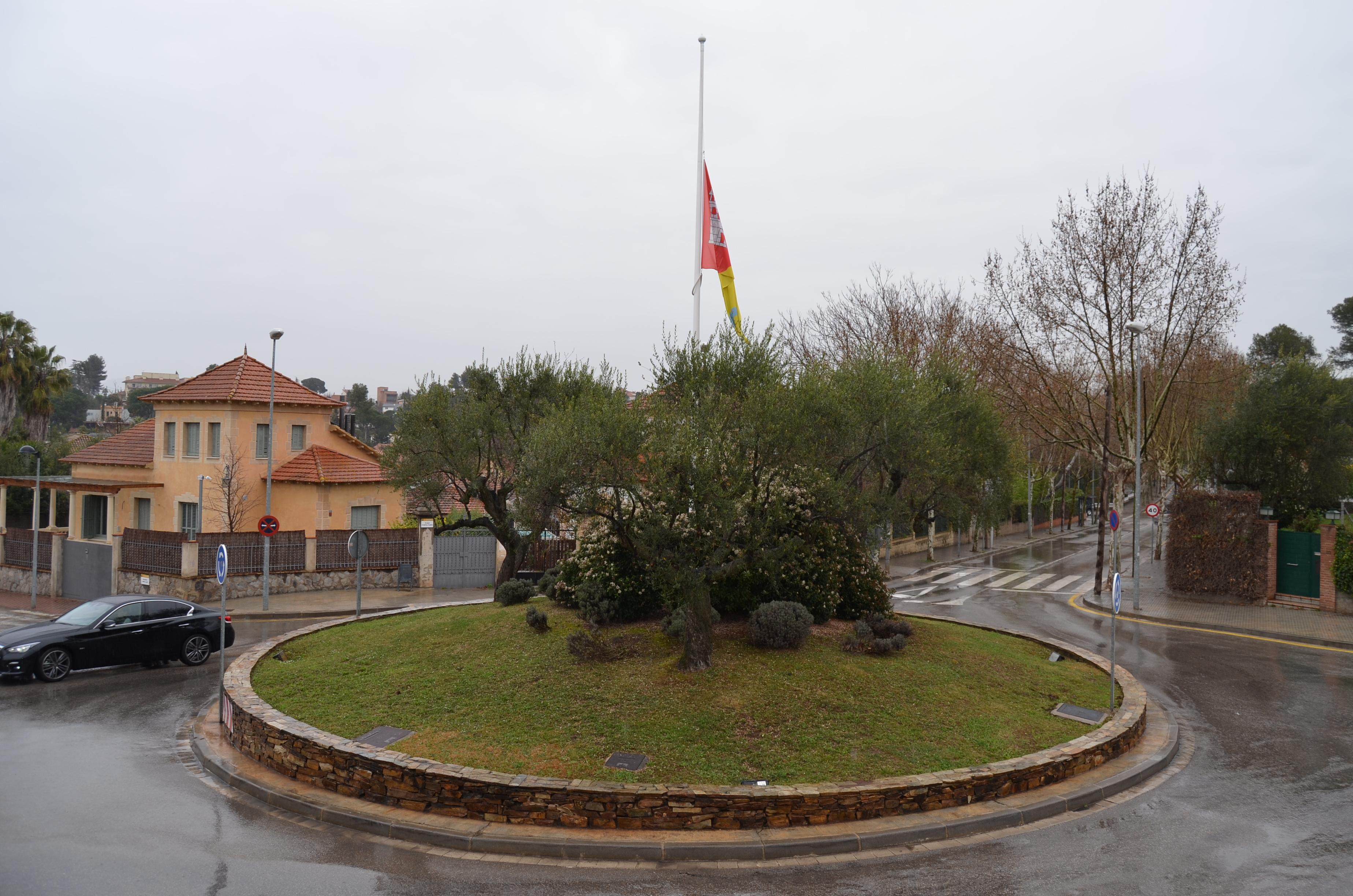 Bandera a mig pal a la plaça Pompeu Fabra, davant de la Casa de la Vila