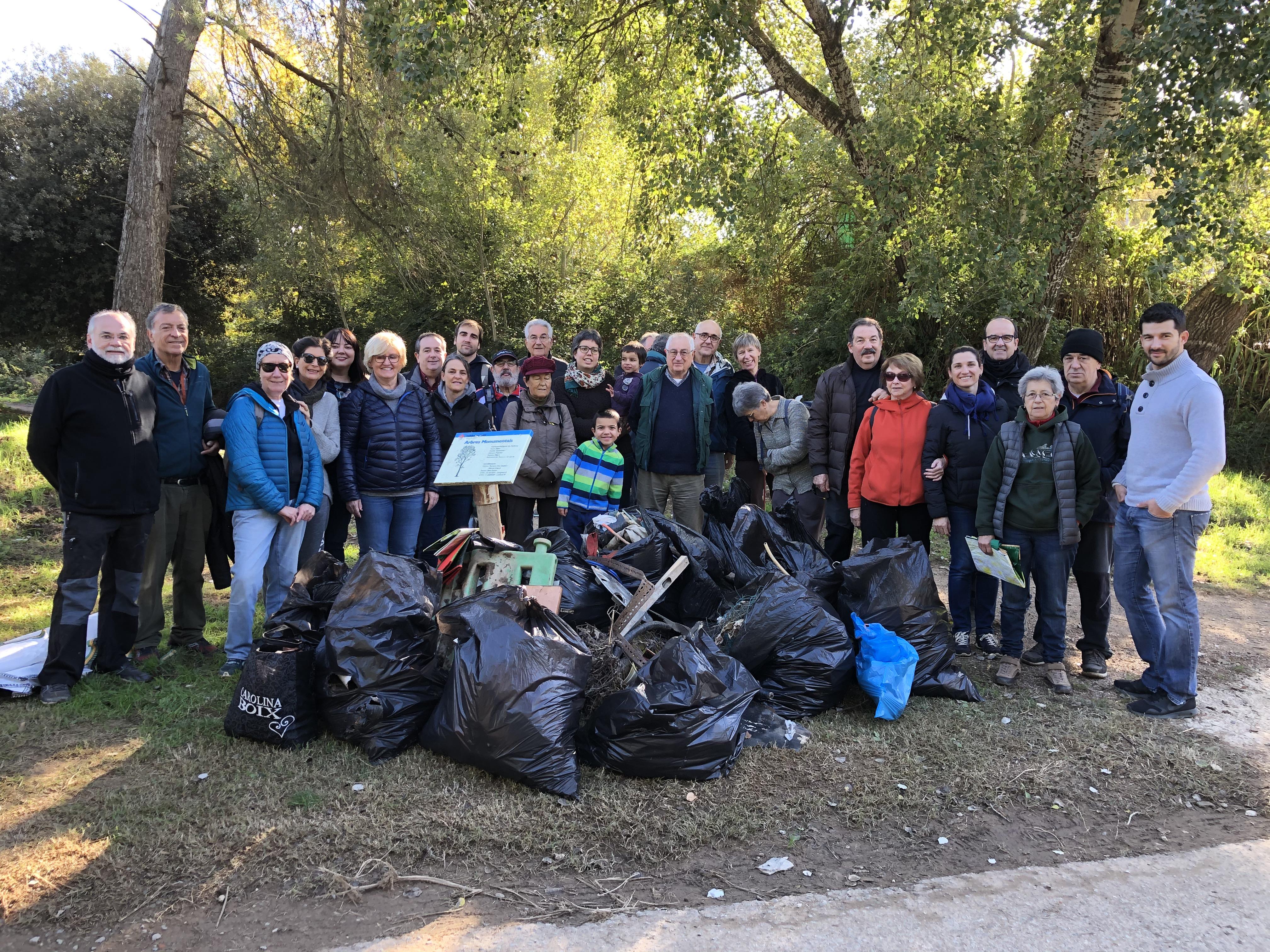 El primer #hashtagvalldoreix recull prop de 1.200 kg de deixalles de l'entorn natural de les masies de Can Cussó i Can Badal